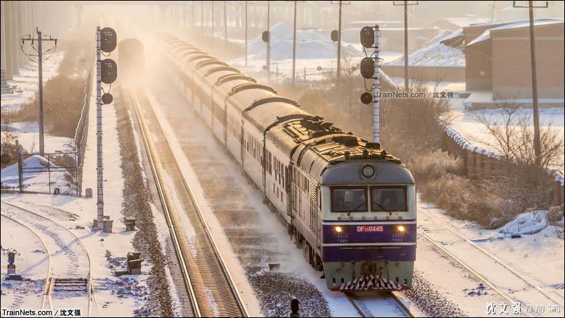 2013年2月1日。滨洲线。T5001次,哈尔滨-齐齐哈尔接近大庆站。(图/沈文强)