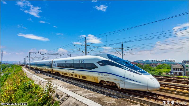 2015年7月12日。CRH380D型动车组执行G7670次驶出德清站。由于台风原因,当日的G7670次停运,杭州东始发按照G7670的时刻开行了G9370次。(图/沈文强)