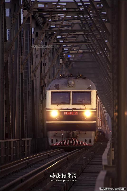 2014年3月28日。滨洲线,哈尔滨-万乐区间。已经成为绝响的T5007次行驶在哈尔滨松花江铁路大桥。(图/邰行健)