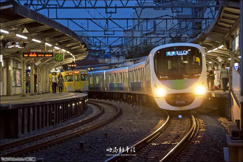 2014年6月22日。日本东京。西武新宿线。暮色时分的新井药师前站。(图/邰行健)