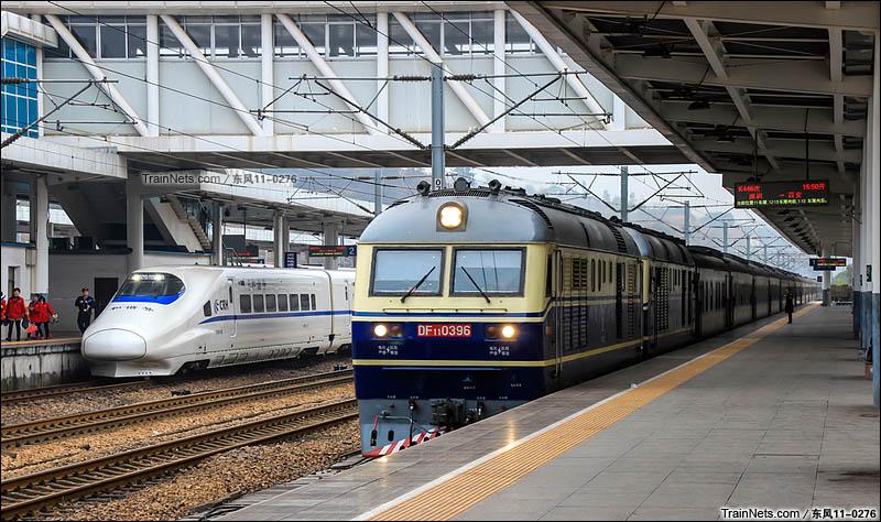 2016年01月09日。京九线。双机DF11牵引K446次,深圳-西安进入赣州站,一旁是赣龙线动车。(图/东风11-0276)