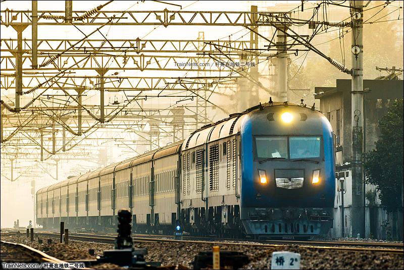 2015年12月7日。杭州。DF11G牵引Z10次的BSP车底驶向杭州站。(图/杆哥在地铁二号线)