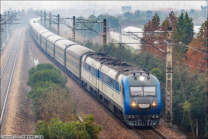 2015年12月9日。杭州临平。即将更换车底的Z9次,北京-杭州通过杭州临平红丰桥。(图/杆哥在地铁二号线)