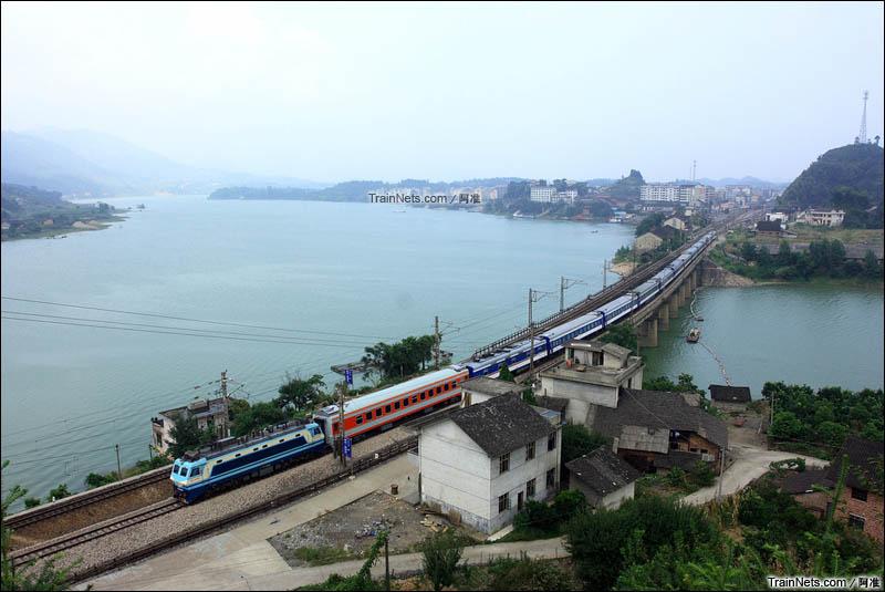 2010年8月8日。安化县平口镇西面。沪昆线。SS8牵引K9097次客车前往怀化方向。(图/阿准)
