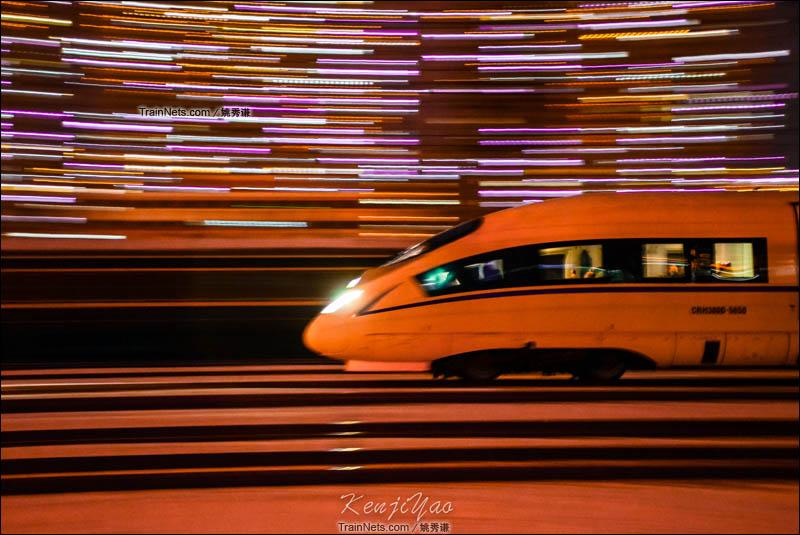 2016年1月22日。夜幕下,CRH380B高速通过济南经纬嘉园小区。(图/姚秀谦)