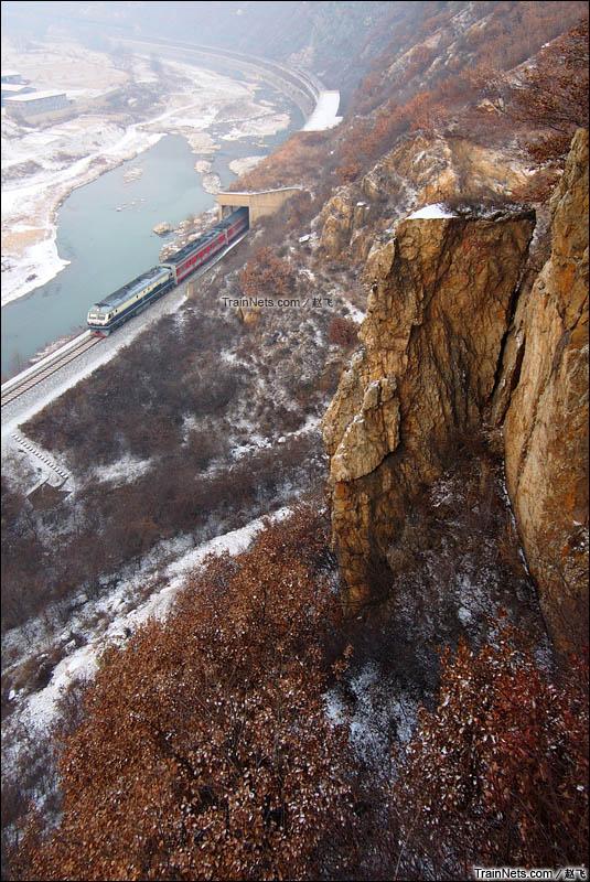 2015年11月22日。沈丹线。桥头-金坑。入冬的第一场雪,2257次列车奋力追赶着晚点的时间。(图/赵飞)