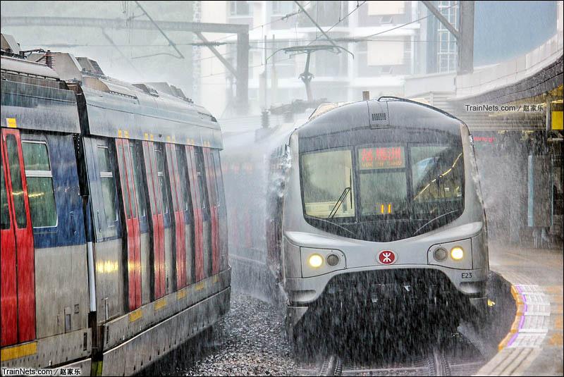 2015年6月。港铁东铁线列车在暴雨中进入大学站。(图/赵家乐)