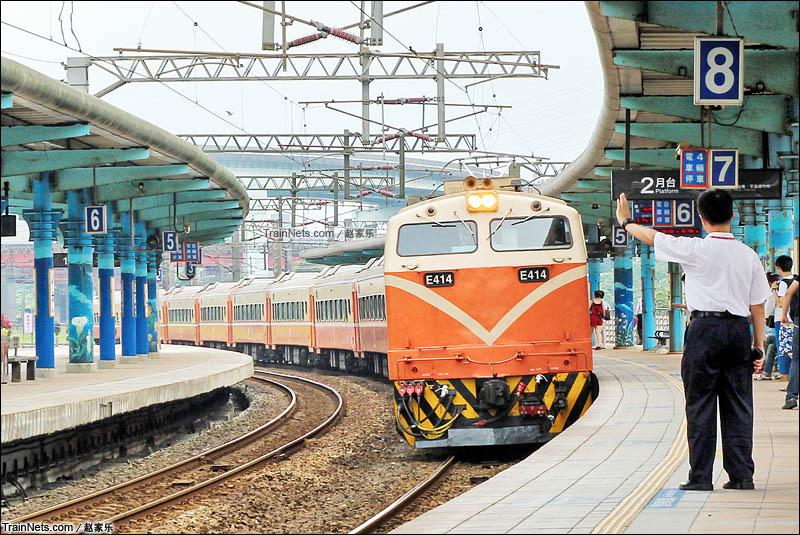 2015年6月。台铁之E414号电力机车牵引莒光号列车进八堵站,去往宜兰线方向。(图/赵家乐)