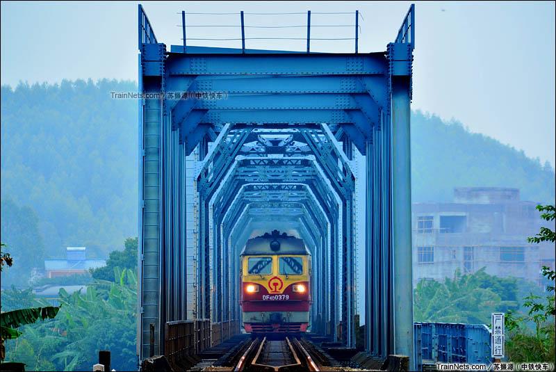 2015年11月15日。湘桂铁路。DF4D牵引上行客车通过洛清江铁路桥。(图/苏振源)