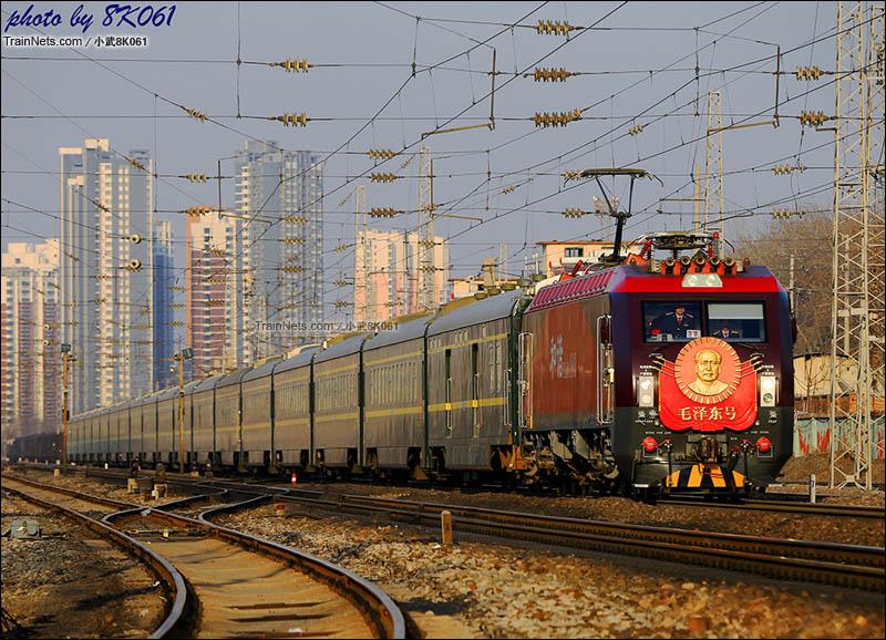 2016年2月23日。京广线保定南站。最新一代毛泽东号机车担当T1次,北京-长沙的牵引任务。(图/武嘉旭)