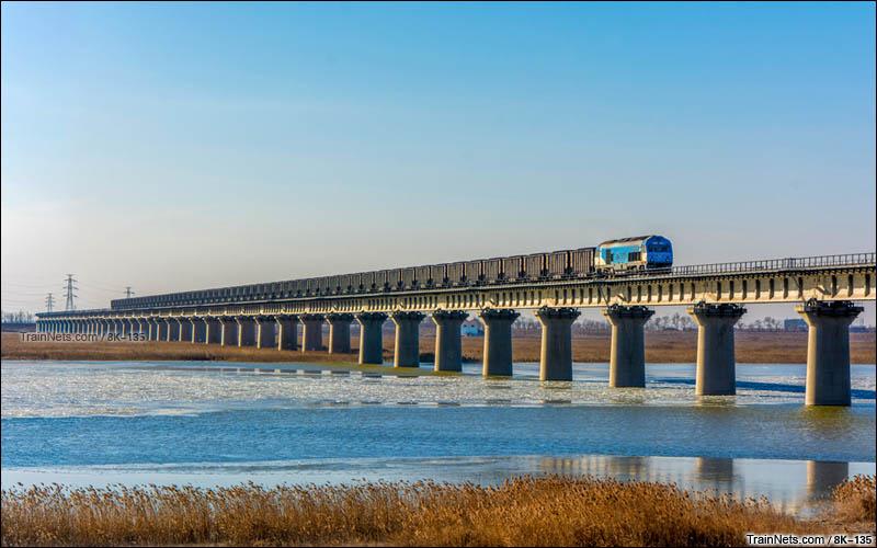 2016年1月7日。天津市大港区。神华铁路HXN3机车牵引货列上行通过黄万线大桥。(图/8K-135)