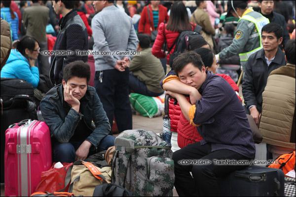 2016年1月29日。下午,广州火车站。由于列车晚点,广场里挤满了等待的旅客。(IMG-8038-160129)