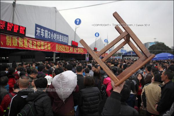 2016年1月29日。下午,广州火车站。由于列车晚点,广场临时候车雨棚前挤满了乘客。(IMG-8078-160129)