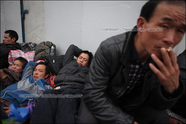 2016年1月29日。下午,广州火车站。由于列车晚点,几名从事装修的返乡工人席地休息。(IMG-8133-160129)