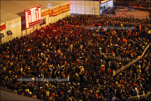 2016年2月1日。晚上七点半,广州火车站西广场。无数的乘客正在绕圈进入火车站广场核心区。(IMG-8370-160201)