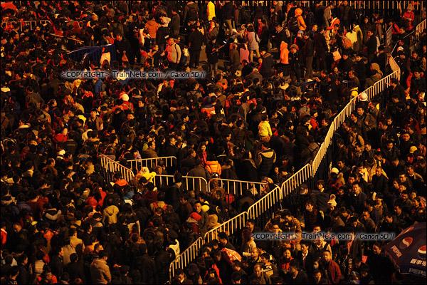 2016年2月1日。晚上七点半,广州火车站西广场。无数的乘客正在绕圈进入火车站广场核心区。(IMG-8398-160201)