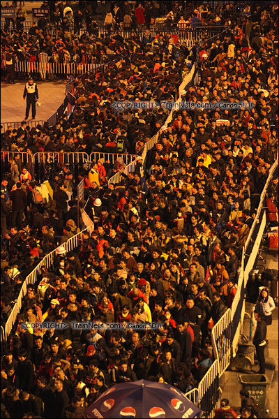 2016年2月1日。晚上七点半,广州火车站西广场。无数的乘客正在绕圈进入火车站广场核心区。(IMG-8413-160201)