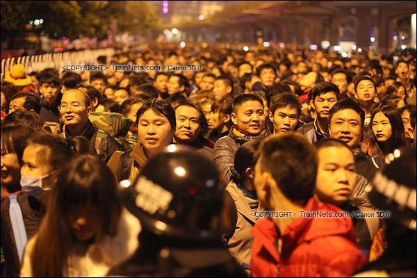 2016年2月1日。晚上9点半,广州火车站。环市路被作为旅客安置点,警方在此设置关卡,分批放行排队进站的旅客。(IMG-8618-160201)