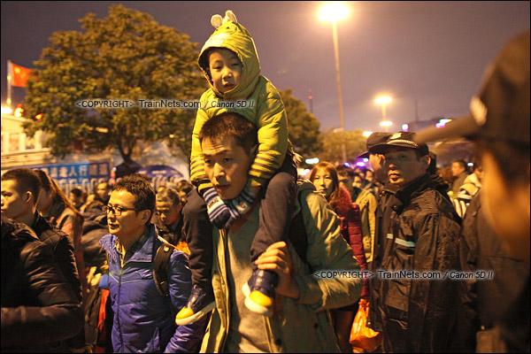 2016年2月1日。晚上9点半,广州火车站。环市路被作为旅客安置点,警方在此设置关卡,分批放行排队进站的旅客。阻隔放开后,乘客纷纷向前。(IMG-8637-160201)