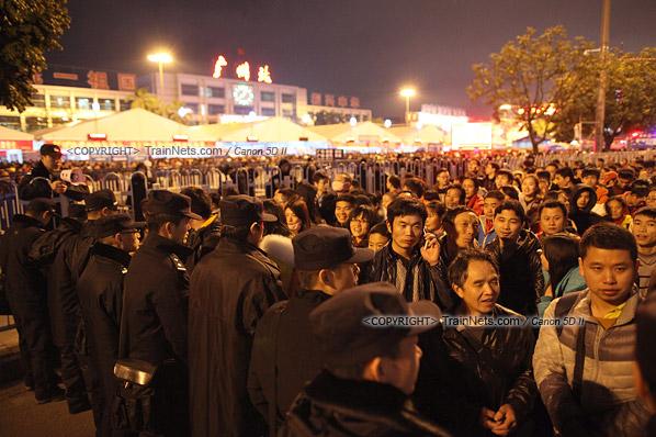 2016年2月1日。晚上9点半,广州火车站。环市路被作为旅客安置点,警方在此设置关卡,分批放行排队进站的旅客。(IMG-8767-160201)