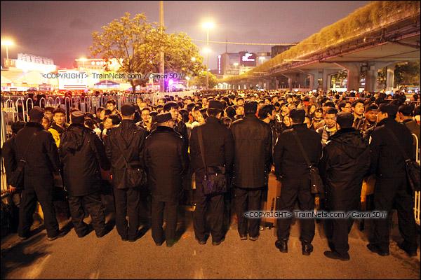 2016年2月1日。晚上9点半,广州火车站。环市路被作为旅客安置点,警方在此设置关卡,分批放行排队进站的旅客。(IMG-8796-160201)