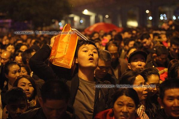 2016年2月1日。晚上9点半,广州火车站。环市路被作为旅客安置点,警方在此设置关卡,分批放行排队进站的旅客。正在等待放行的旅客心急如焚。(IMG-8937-160201)