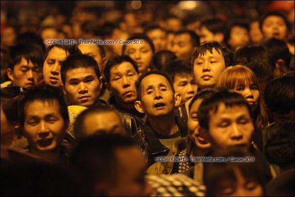 2016年2月1日。晚上9点半,广州火车站。环市路被作为旅客安置点,警方在此设置关卡,分批放行排队进站的旅客。正在等待放行的旅客心急如焚。(IMG-8969-160201)