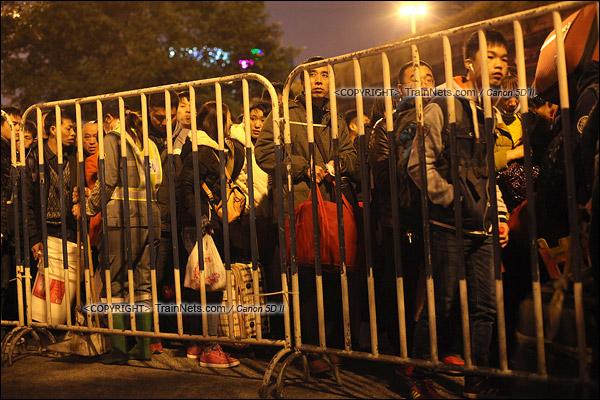 2016年2月1日。晚上9点半,广州火车站。环市路被作为旅客安置点,警方在此设置关卡,分批放行排队进站的旅客。(IMG-9015-160201)