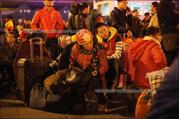 2016年2月1日。晚上10点,广州火车站广场。乘客在寒风中等待进入候车雨棚。(IMG-9186-160201)