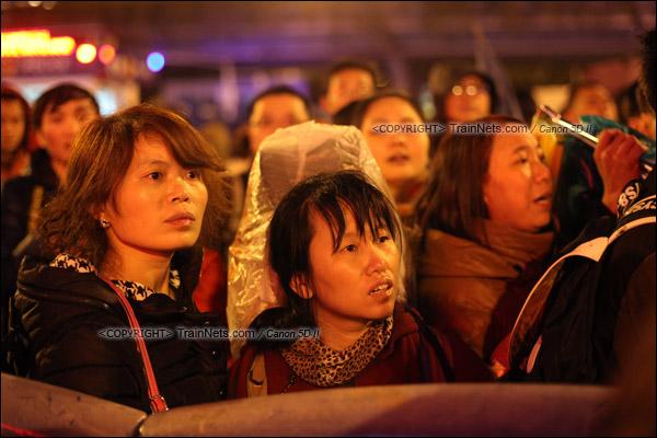 2016年2月1日。晚上10点,广州火车站广场。候车雨棚入口前,不少乘客等待开门的一刻。(IMG-9310-160201)
