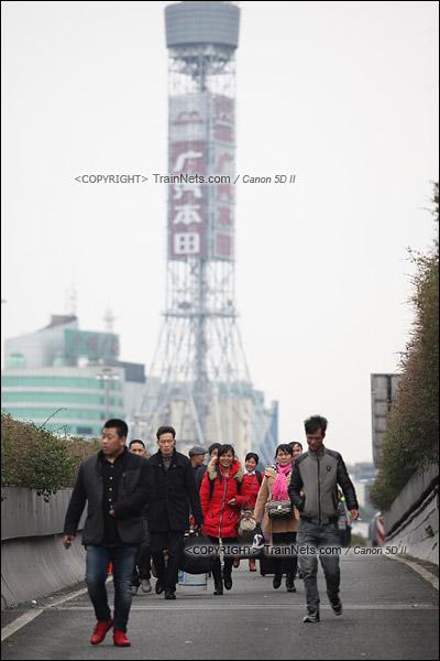 2016年2月2日。下午3点。广州火车站。由于环市路已经封闭,不少乘客在内环路高架桥上下车,然后步行下桥进站。(IMG-9412-160202)