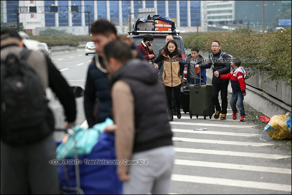 2016年2月2日。下午3点。广州火车站。由于环市路已经封闭,不少乘客在内环路高架桥上下车,交警对此默许。赞。(IMG-9430-160202)