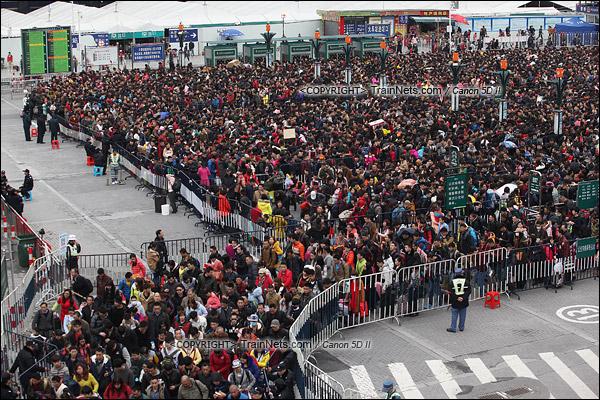 2016年2月2日。下午3点。广州火车站东广场。旅客正在通过绕圈排队进入候车。(IMG-9436-160202)