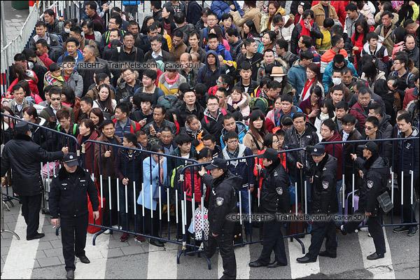 2016年2月2日。下午3点。广州火车站东广场。东广场进入环市路的一个分流闸口。(IMG-9469-160202)