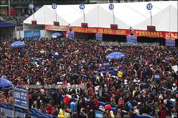 2016年2月2日。下午3点。广州火车站核心候车区内挤满了人。(IMG-9530-160202)