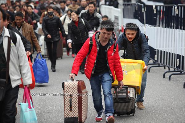 2016年2月2日。下午3点。广州火车站。环市路上警察筑起了分批放行闸口。闸口开放后,焦急的乘客纷纷往前跑。(IMG-9707-160202)