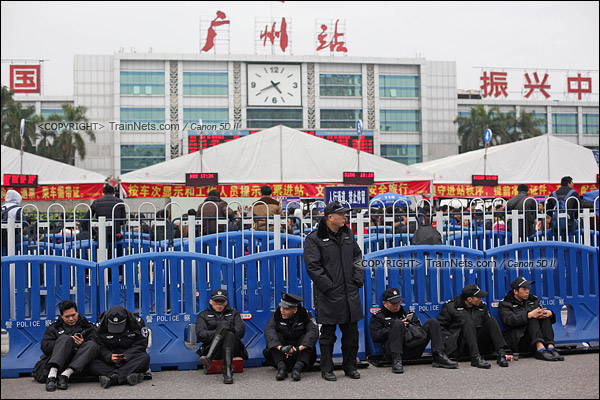 2016年2月2日。下午4点。广州火车站。环市路上换班休息的警察。(IMG-9806-160202)