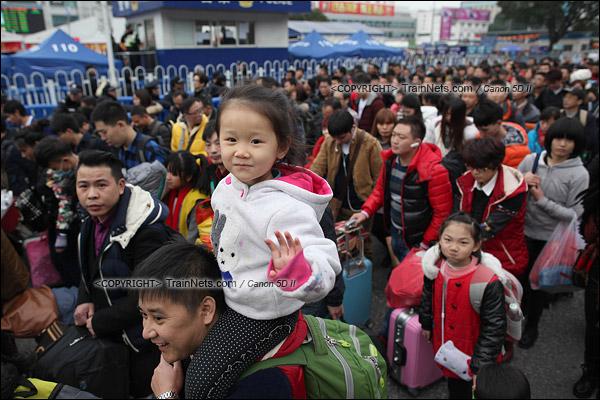 2016年2月2日。下午4点。广州火车站。环市路上警察筑起了分批放行闸口。闸口开放后,乘客缓慢走向下一道闸口。(IMG-9836-160202)