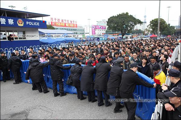 2016年2月2日。下午3点。广州火车站。环市路上警察筑起了分批放行闸口。(IMG-9854-160202)