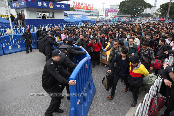 2016年2月2日。下午3点。广州火车站。环市路上警察筑起了分批放行闸口。(IMG-9860-160202)