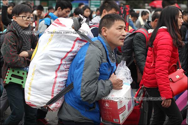 2016年2月2日。下午4点。广州火车站东广场。旅客正在通过绕圈排队进入候车。(IMG-9902-160202)