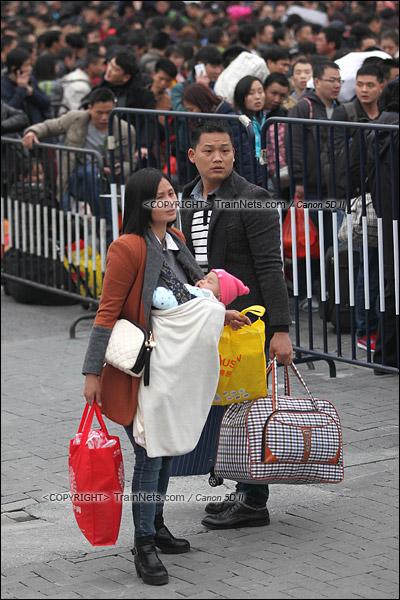 2016年2月2日。下午4点。广州火车站东广场。旅客正在通过绕圈排队进入候车。带有婴儿的乘客可以优先进入。(IMG-9920-160202)