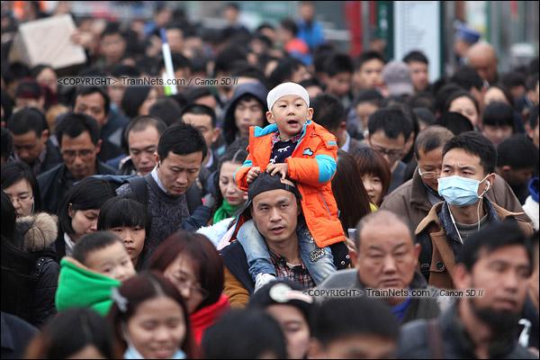 2016年2月2日。下午4点。广州火车站东广场。旅客正在通过绕圈排队进入候车。(IMG-9927-160202)