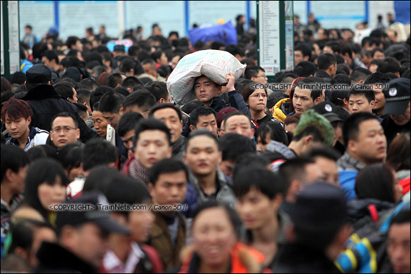 2016年2月2日。下午4点。广州火车站东广场。旅客正在通过绕圈排队进入候车。(IMG-9941-160202)