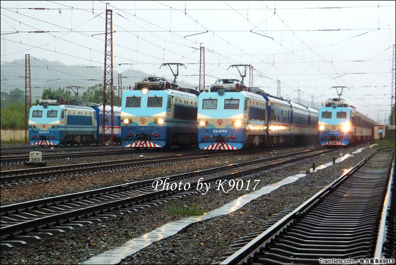 2015年8月17日。上午9时左右,广东韶关黄岗站内,从左到右分别为T96、T172、T124、T100。四列特快被摆在一起的情况还真是第一次见。受水害影响,导致京广上行线旅客列车被扣在沿途小站。(图/电力客车K9017)