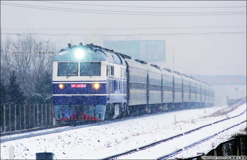 2015年2月。长白铁路,开安-农安段。春运期间,绿皮临客顶着风雪送忙碌了一年的人们回家。(图/DC超级大笨熊)