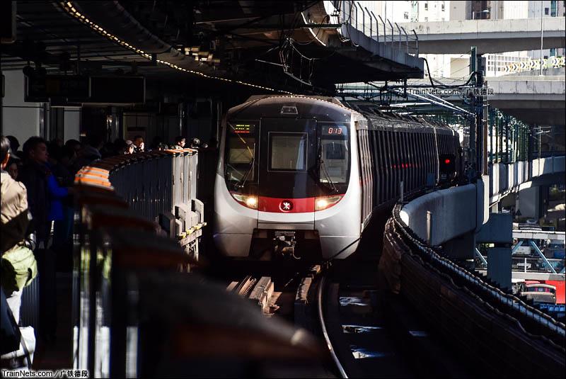 2016年1月25日。香港。中国北车制造的地铁列车驶入香港地铁官塘线牛头角站。(图/广铁德段)
