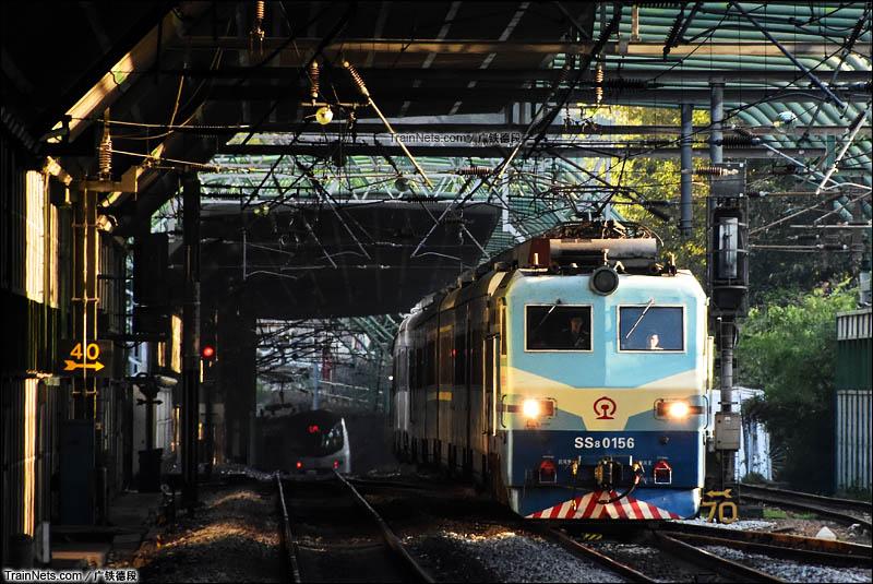2016年1月25日。香港。由SS8-0156号牵引的广九直通车Z810次晚点通过旺角东站。(图/广铁德段)