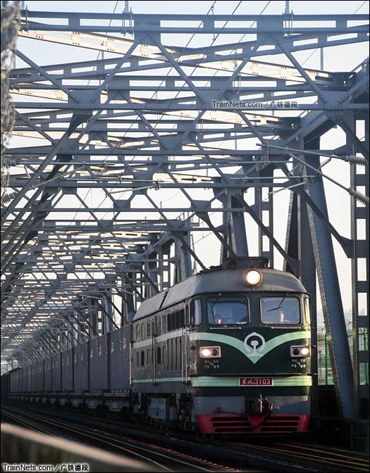 2015年12月19日。DF4B牵引货列通过广茂线珠江大桥。(图/广铁德段)