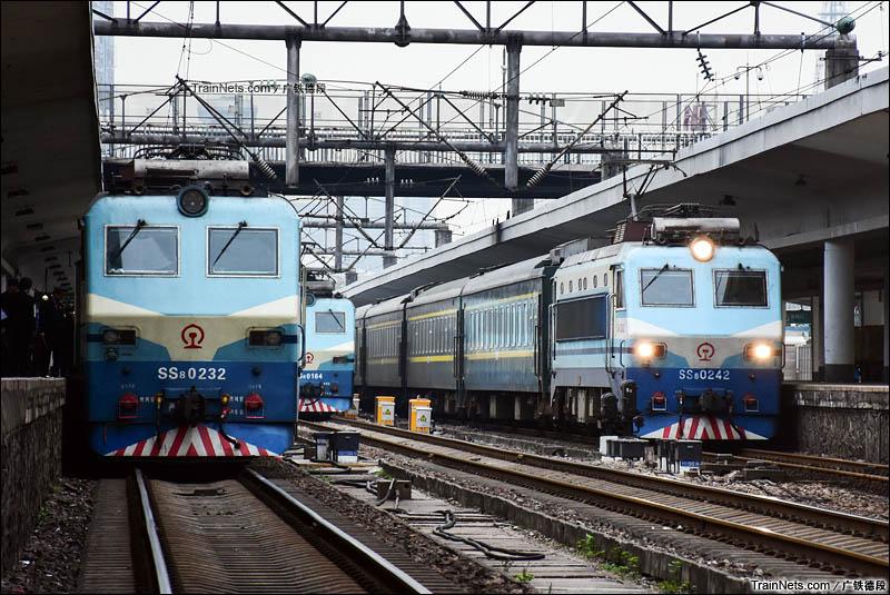 2016年1月9日。早上。广州站3、2、1道分别停着由SS8牵引的Z138、X112、K9050次列车,蓄势待发!(图/广铁德段)
